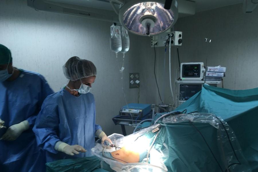 Dra. Eva Sancha. Traumatóloga en Barcelona. Operando en el quirófano.